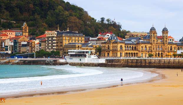Encanto y romanticismo en el centro de San Sebastián con jacuzzi, bombones y salida tardia
