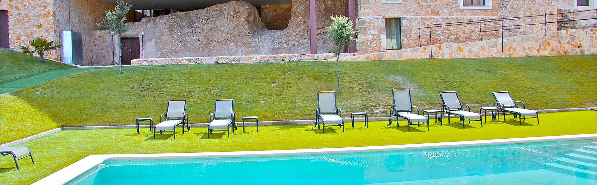 Escapada veraniega en un palacio, cóctel en la piscina y Castillo de Belmonte