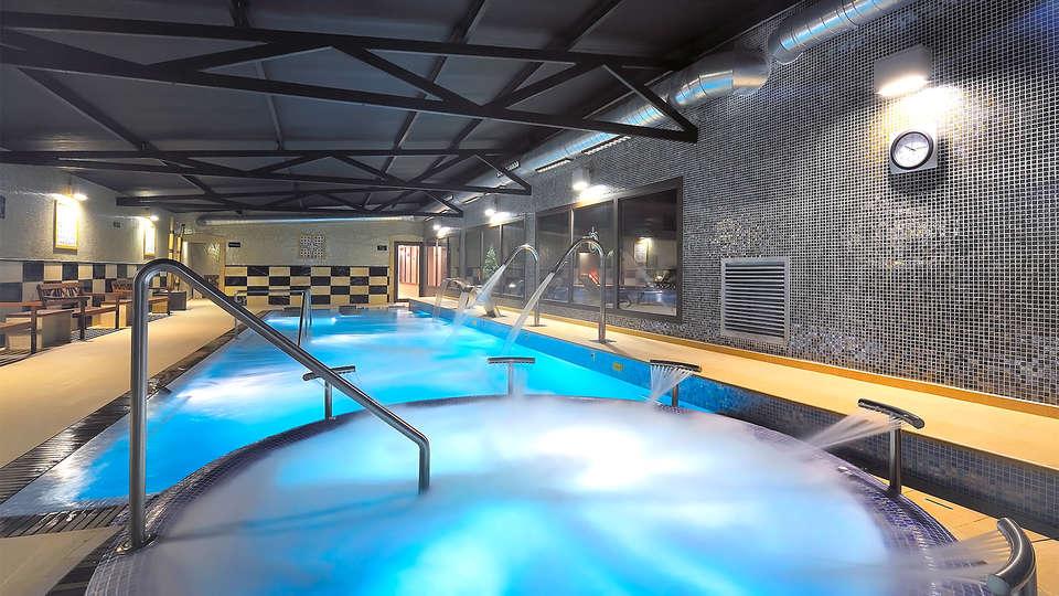 Sallés hotel Aeroport Girona - EDIT_pool2.jpg
