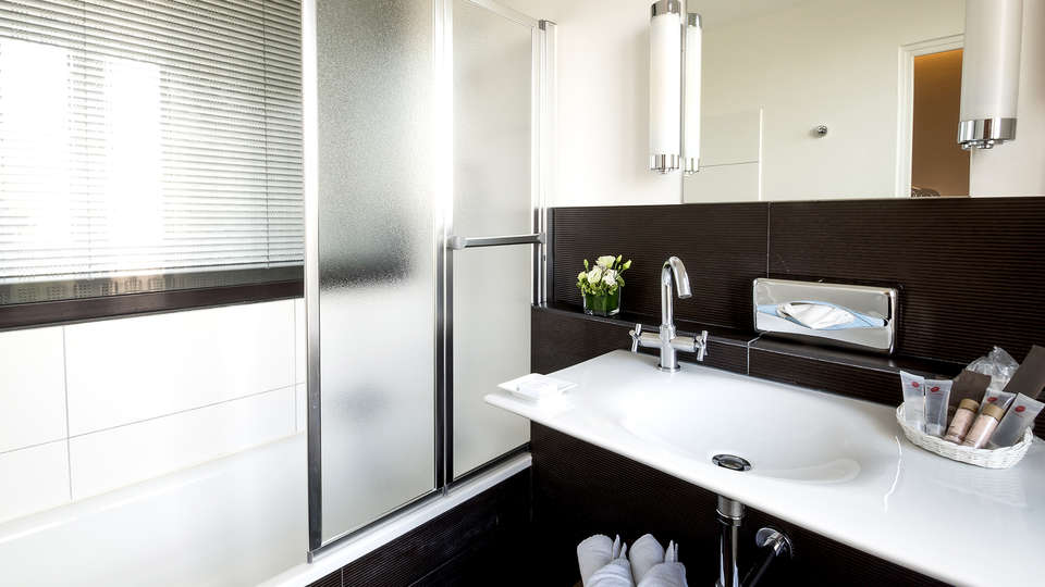 Villa 81 - Edit_Bathroom2.jpg
