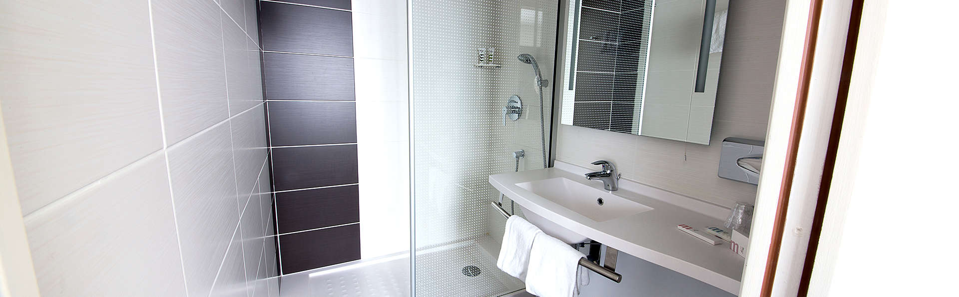 Mercure Lille - Roubaix Grand Hôtel  - Edit_Bathroom.jpg