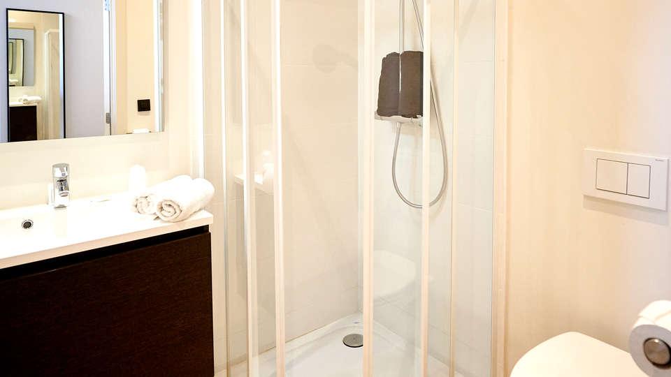 Hotel Le Parisien - Edit_Bathroom2.jpg