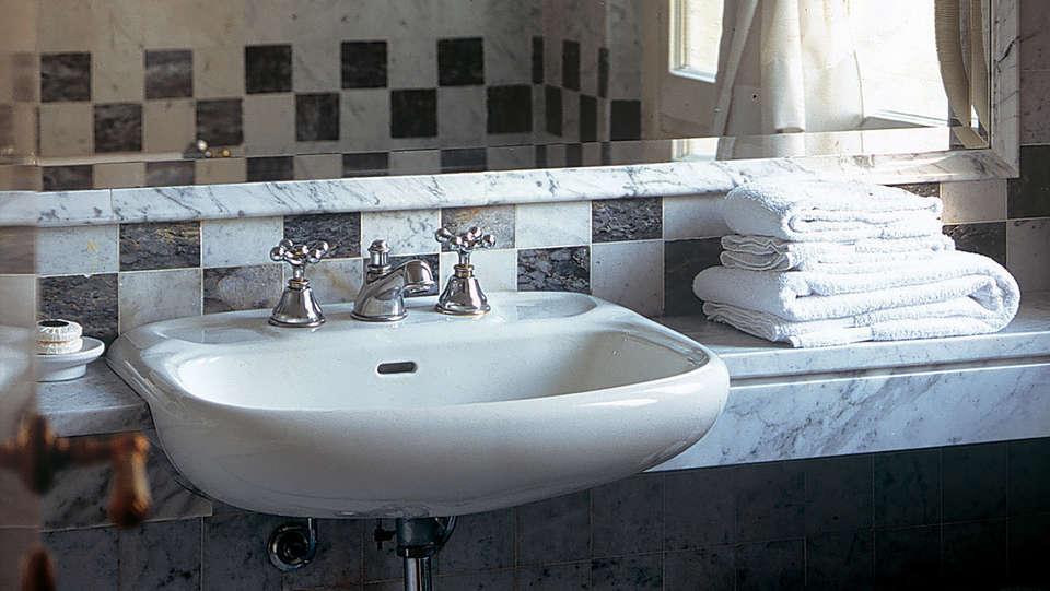 Hotel Byron - Edit_Bathroom.jpg