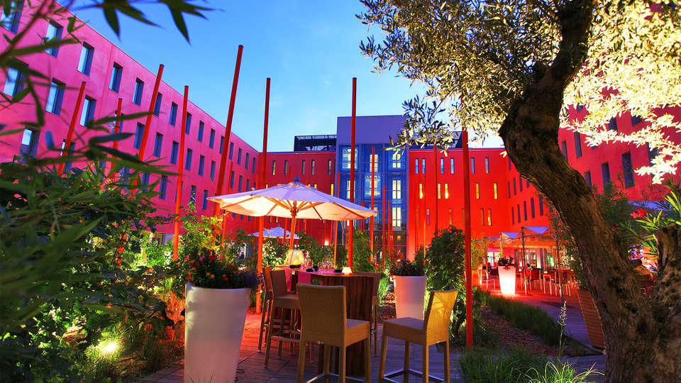 Radisson Blu Toulouse Airport - EDIT_patio.jpg