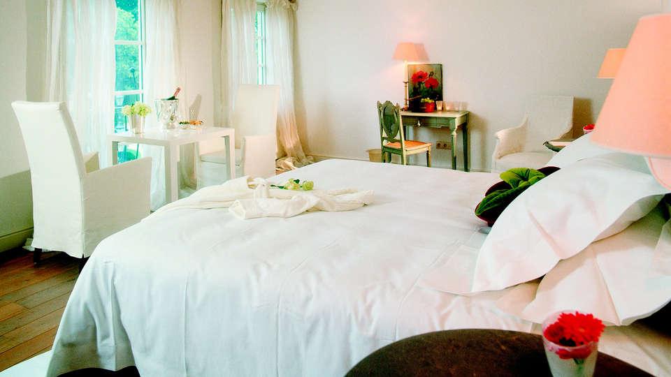 De Barrier - Different Hotels - EDIT_room.jpg