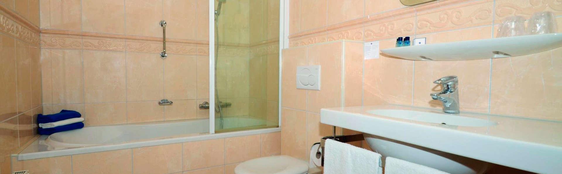 Fletcher Wellness-Hotel De Hunzebergen - EDIT_bath.jpg