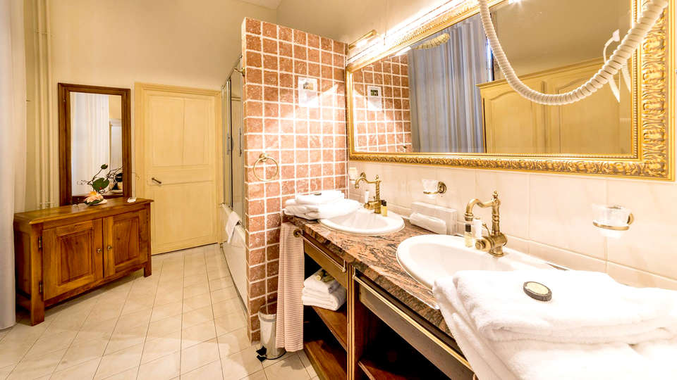 Château de la Fleunie - Edit_Bathroom.jpg