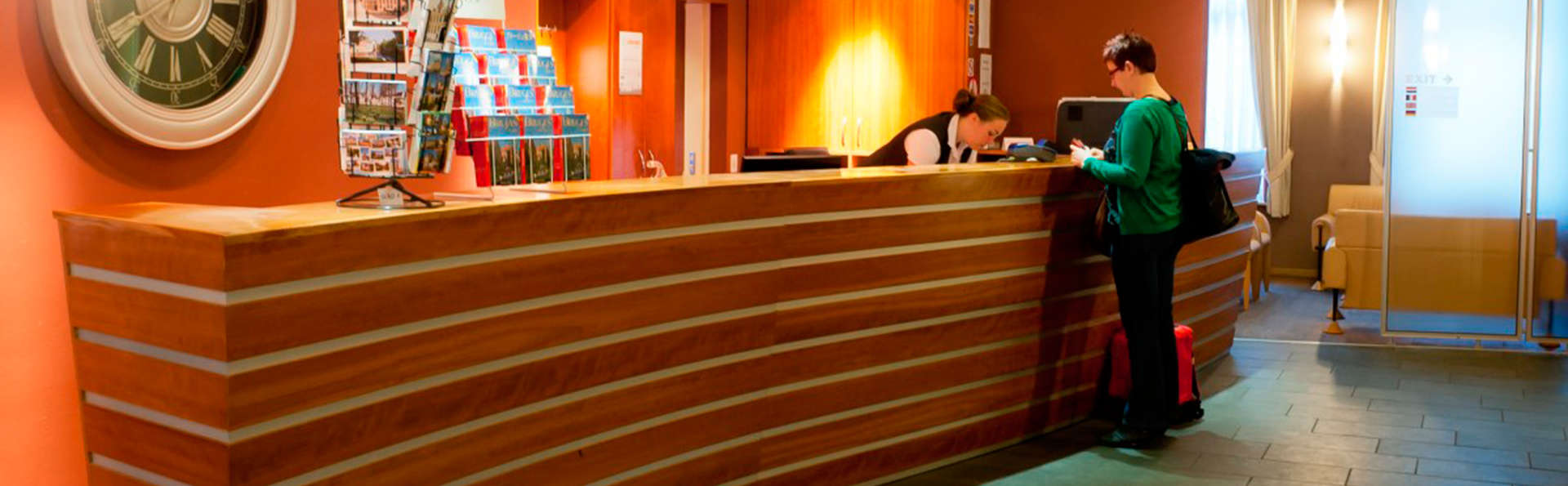 Hotel Academie - EDIT_reception.jpg