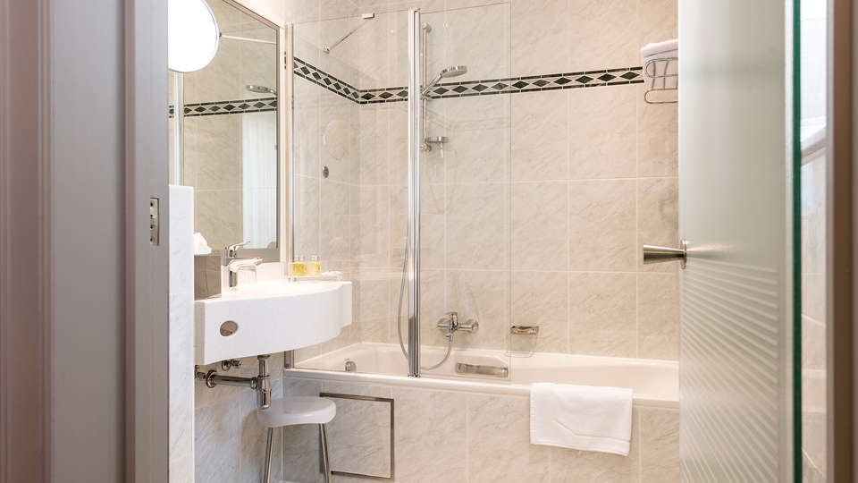 Hotel Aragon - EDIT_bath1.jpg