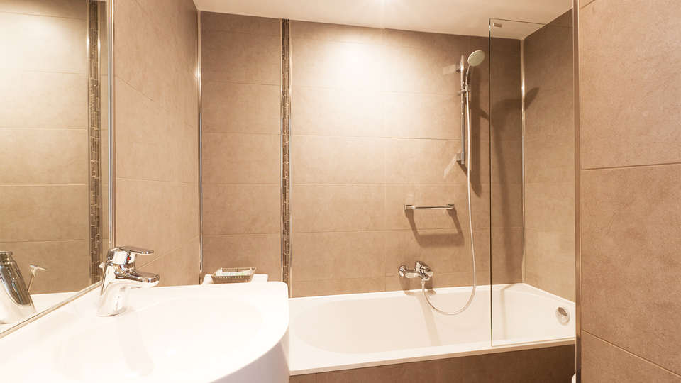 Hotel de Hofkamers - EDIT_bath3.jpg