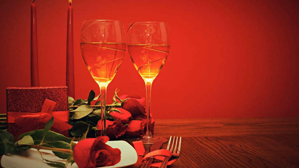 Hôtel La Villa des Fleurs  - EDIT_romanticdinner.jpg