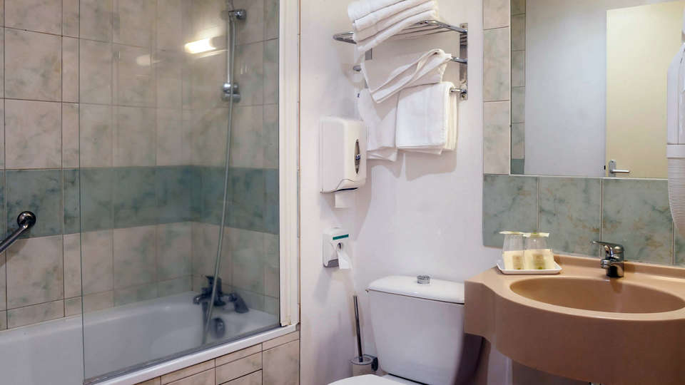 Le Relais des Puys - Edit_Bathroom2.jpg