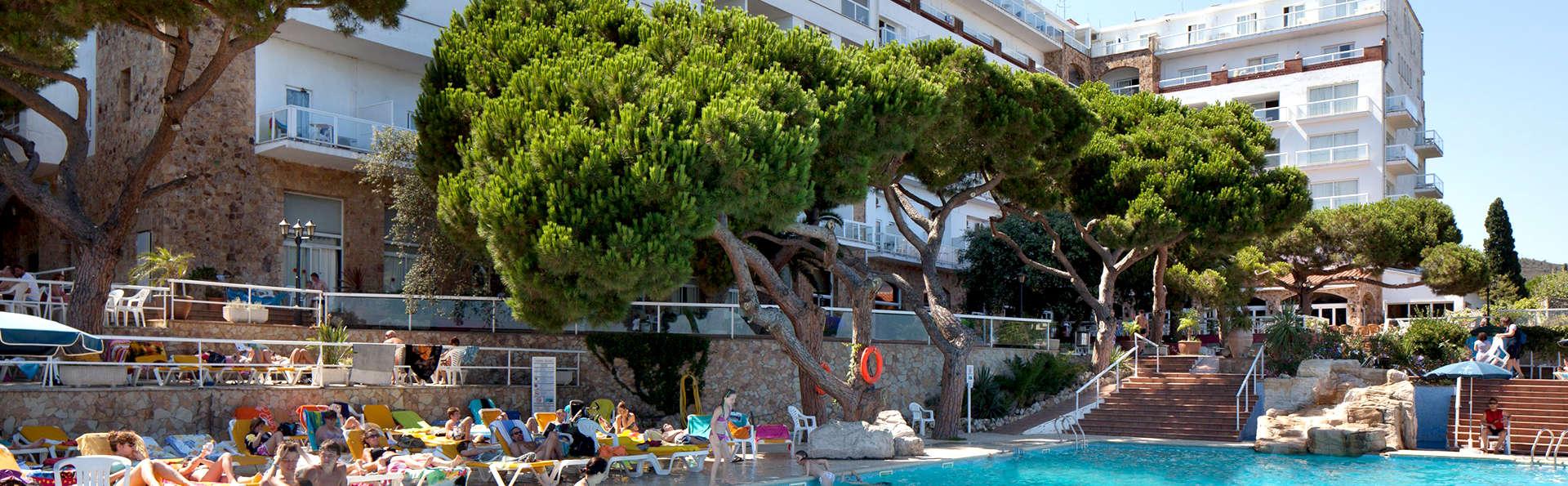 H Top Caleta Palace - Edit_Pool2.jpg