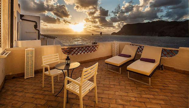 Coucher de soleil romantique sur l'île Vulcano en deluxe