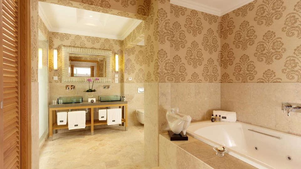 Dolce Campo Real Lisboa - EDIT_bath1.jpg