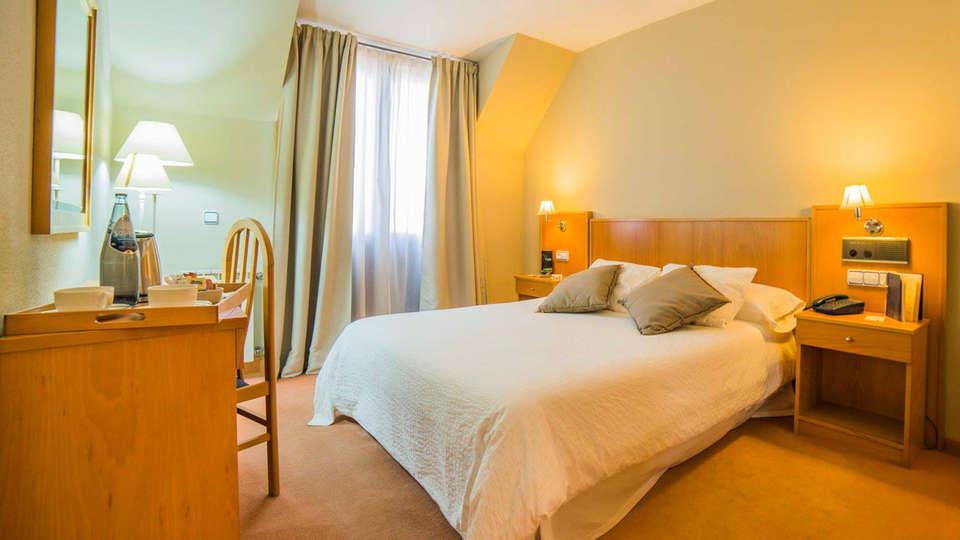 Hotel Castelao - EDIT_room9.jpg
