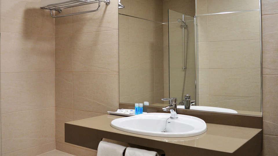 Hotel Corona de Granada - EDIT_bath1.jpg