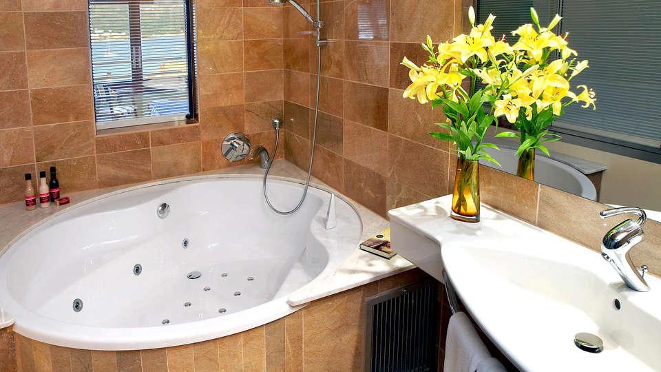 Hotel Spa Porto Cristo - Edit_Bathroom.jpg