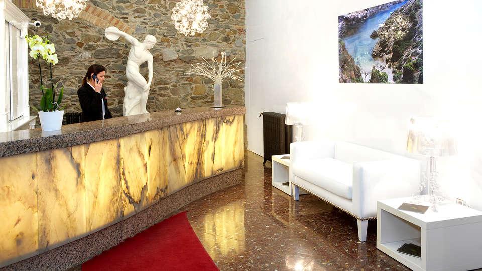 Hotel Spa Porto Cristo - Edit_Reception.jpg