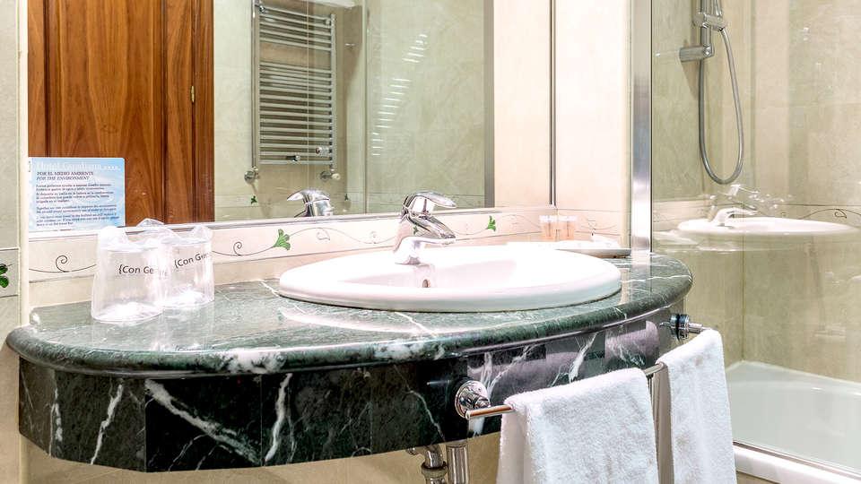 Hotel Sercotel Guadiana - Edit_Bathroom.jpg