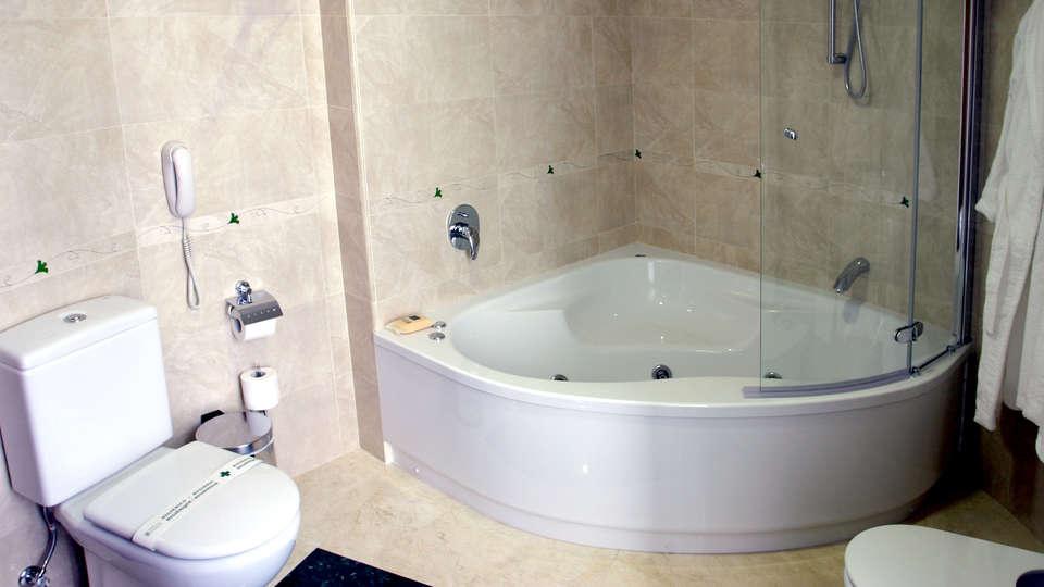 Hotel Sercotel Guadiana - Edit_Bathroom4.jpg