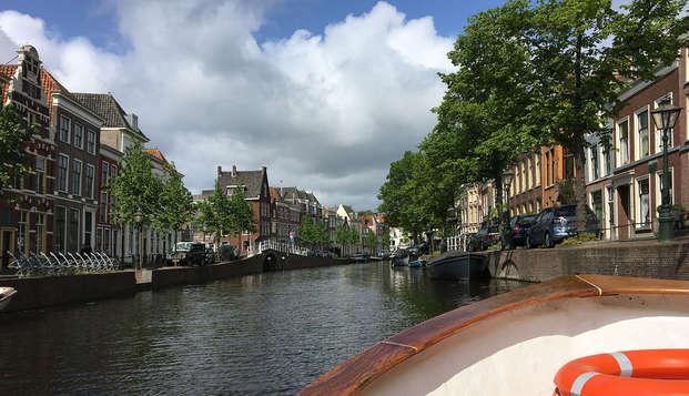 Ontdek bruisend Leiden en geniet van een heerlijk ontbijt en goed gevulde minibar