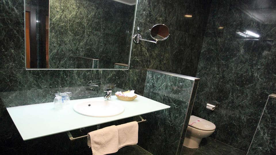 Hotel Hidalgo - EDIT_bath1.jpg