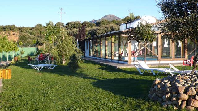Escapada rural en una idílica masia con media pensión y pistas de padel (desde 2 noches)