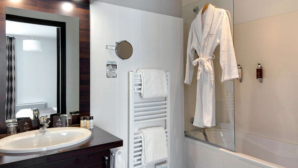 Golf Resort Spa Domaine Cice Blossac - edit_bathroom2.jpg
