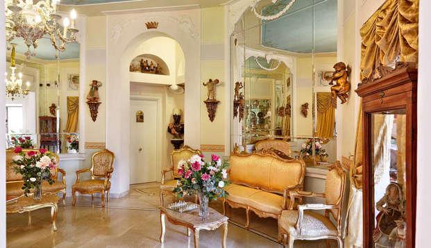Lusso e romanticismo in Galleria Umberto I a Napoli con bottiglia in camera