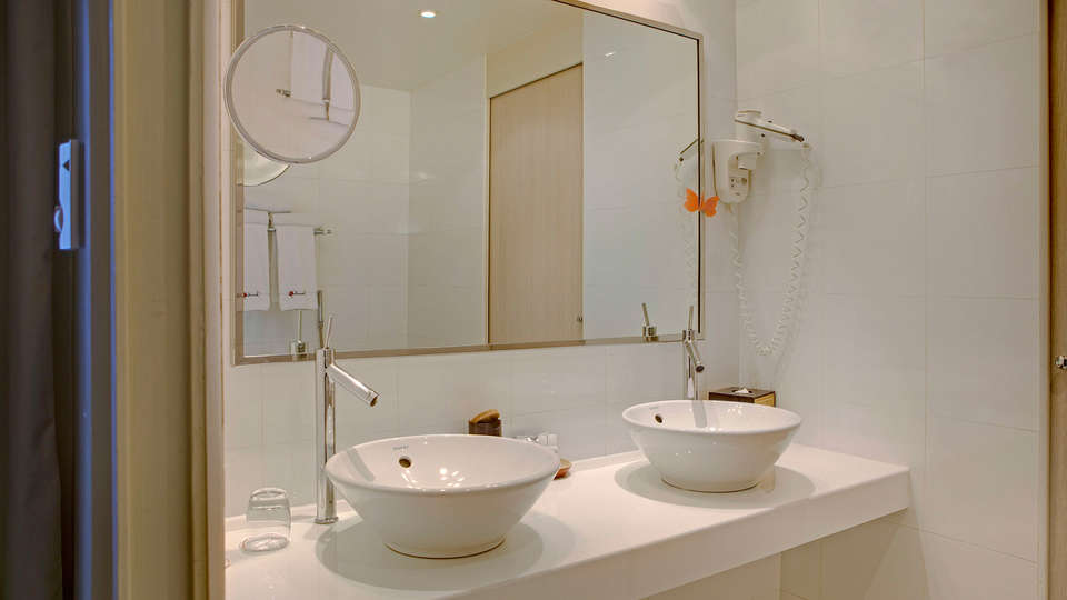 Hôtel Beauchamps - EDIT_bath1.jpg
