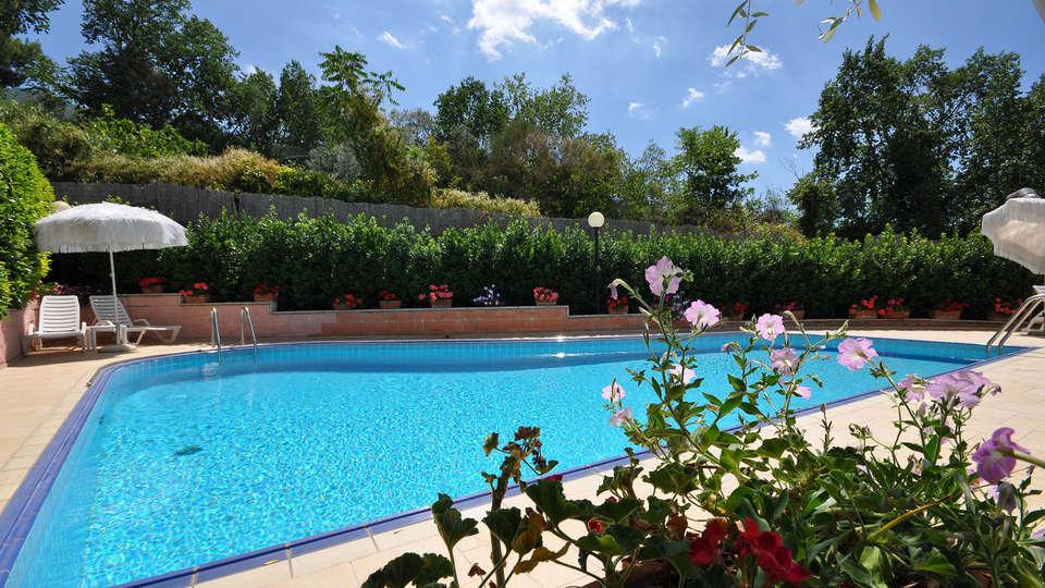 Viole Country Hotel - edit_pool2.jpg