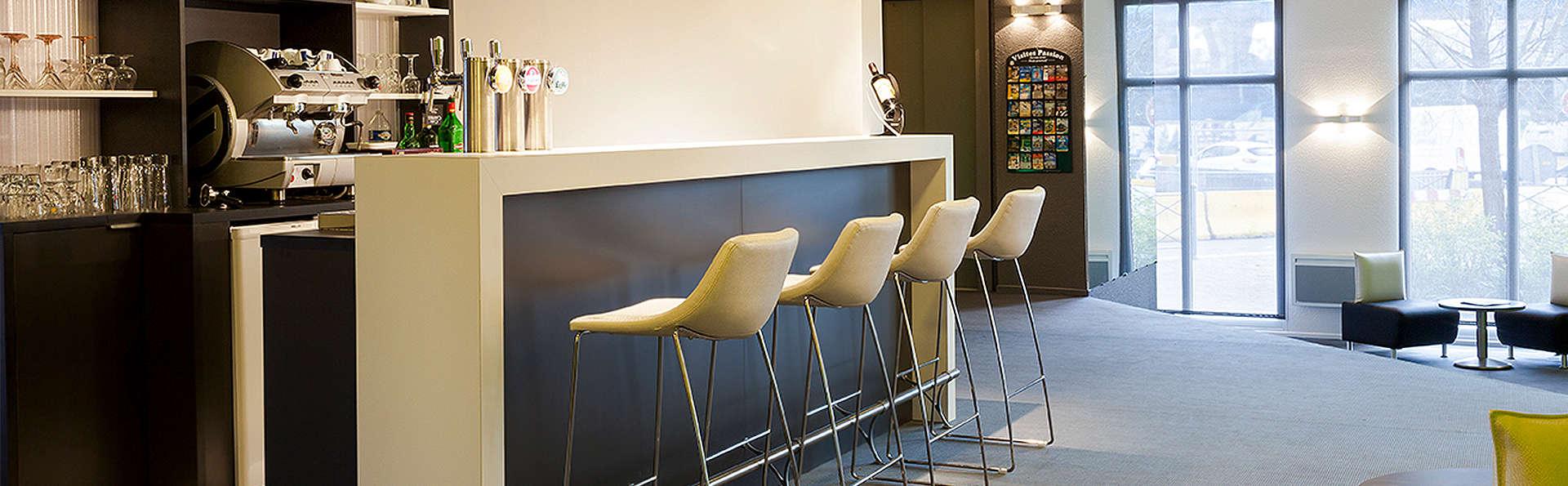 Comfort Hotel Lille Europe - EDIT_Bar.jpg