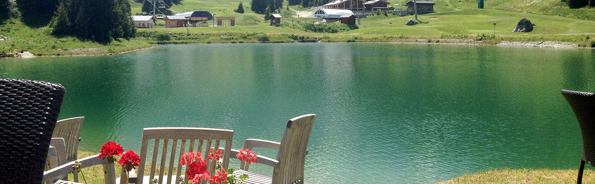Vue sur le lac et escapade au cœur des montagnes, à Courchevel