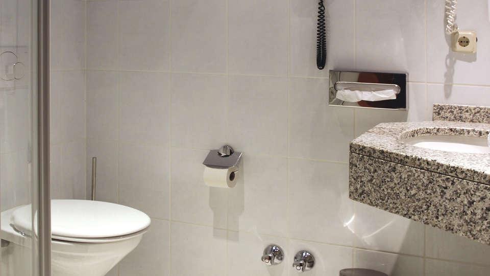 Hotel International - EDIT_NEW_bath.jpg