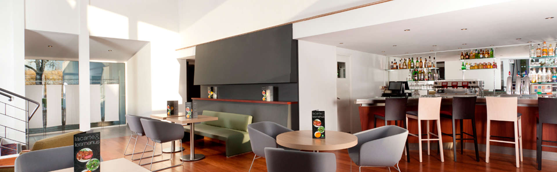 Holiday Inn Lille Ouest Englos - EDIT_bar.jpg