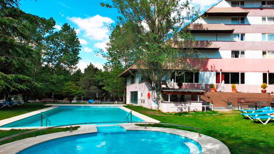 Alp Hotel Masella - EDIT_pool1.jpg