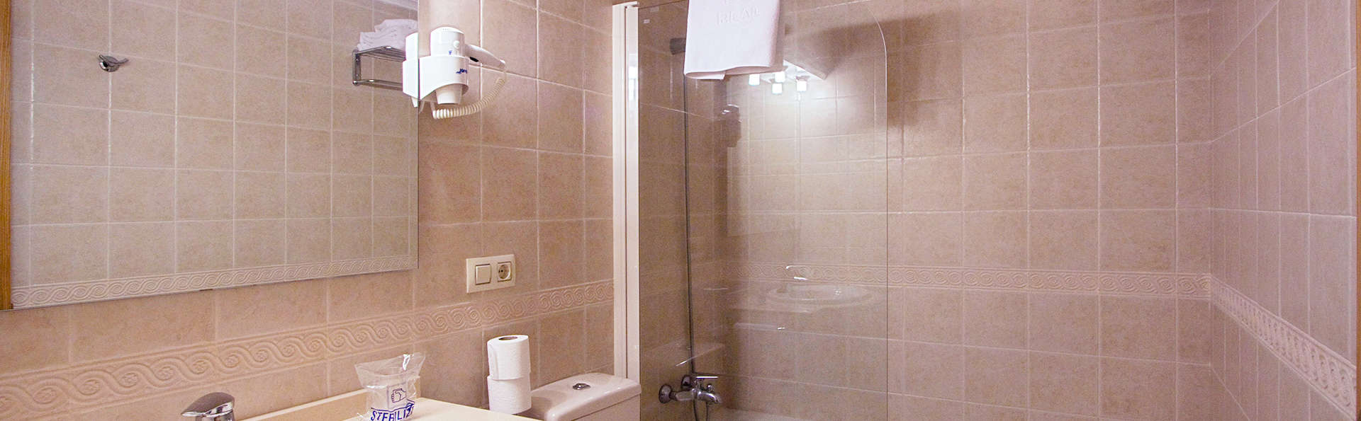 Apartamentos Mediterráneo Real - EDIT_bath1.jpg