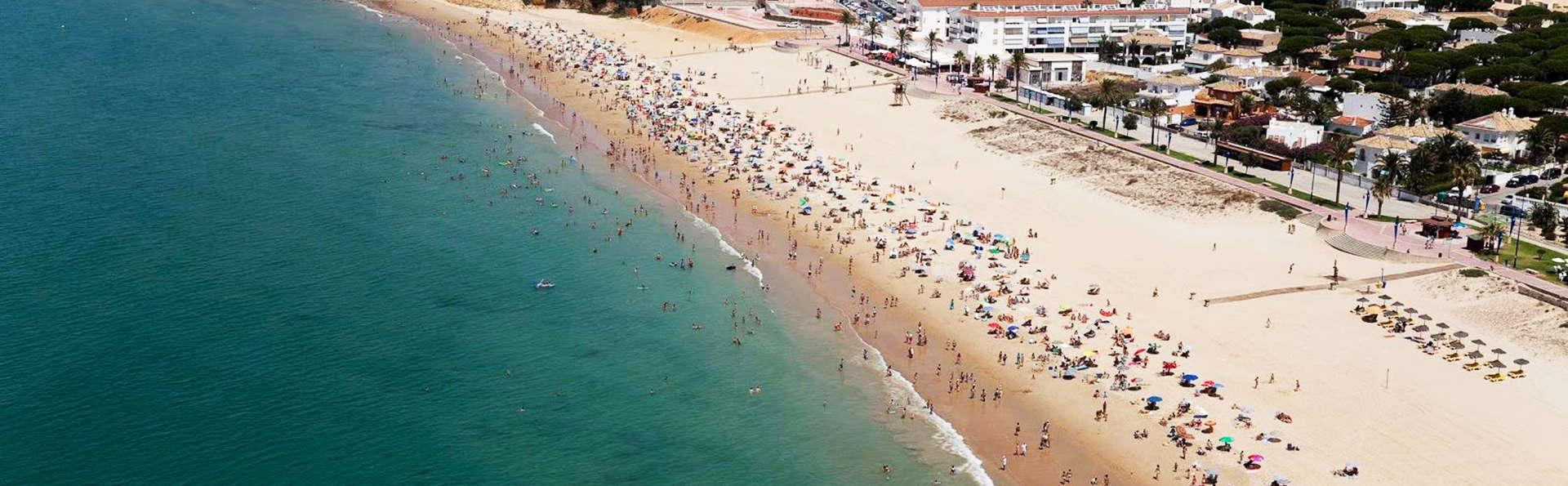 Escápate a 3 minutos de playa de la Barrosa en un lujoso apartamento con desayuno incluido