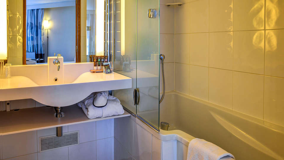 Novotel Paris Suresnes Longchamp - EDIT_NEW_bath.jpg