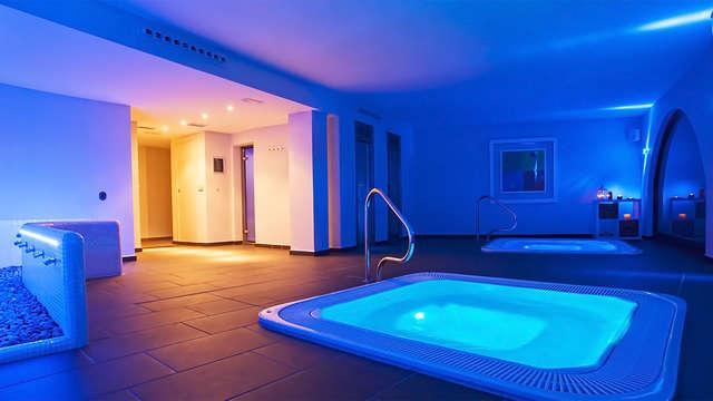 Romanticismo en acción: dormir en un acantilado, cena y acceso al spa privado con bombones y cava