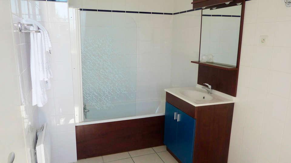 AppartHotel La Roche Posay - EDIT_bath.jpg