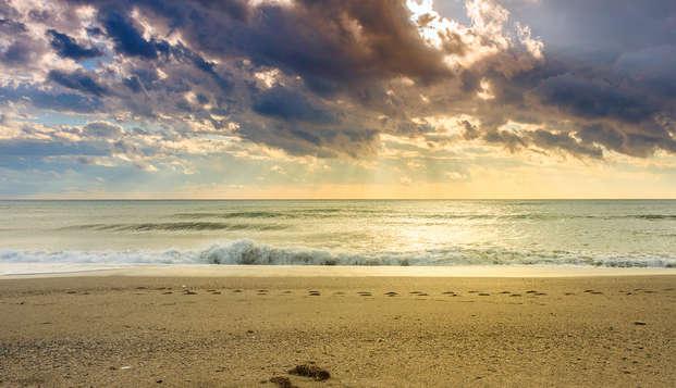 Escápate sin preocupaciones: Disfruta de la playa de Almería con picnic incluido