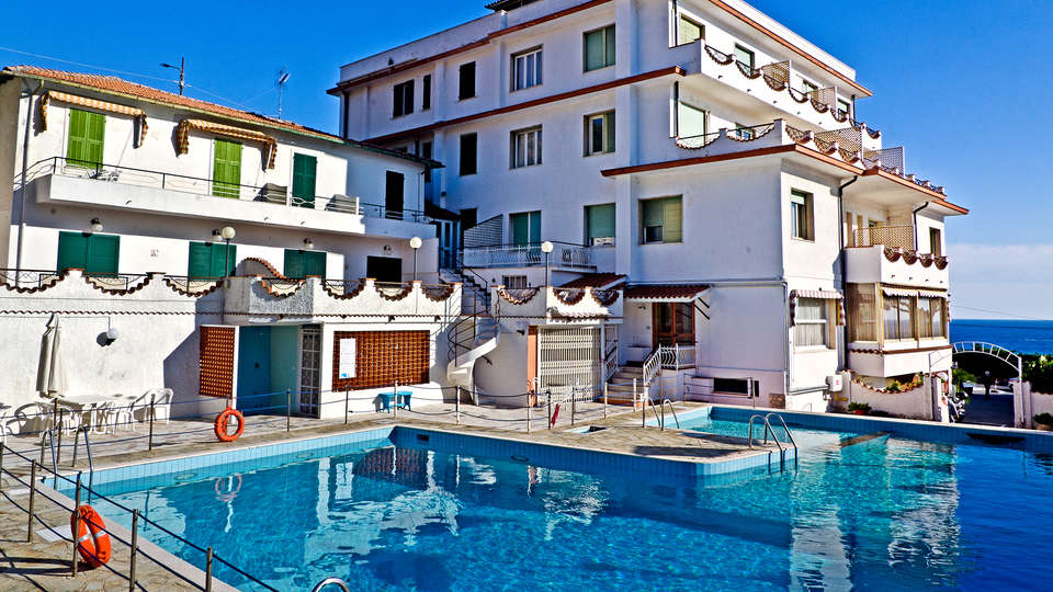 Hotel Ariston Montecarlo - Edit_Pool4.jpg
