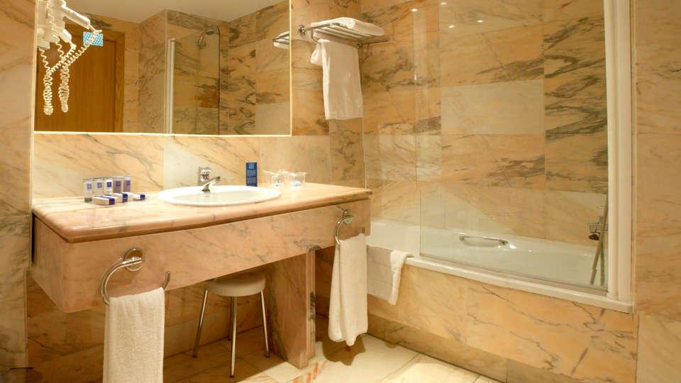 Hotel AR Parquesur - EDIT_bath.jpg