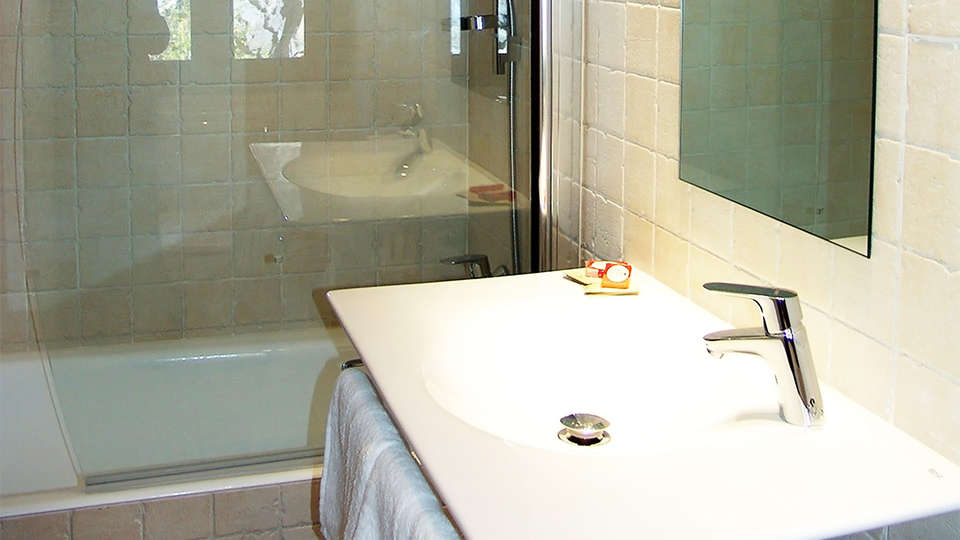 Hotel Badaín - EDIT_bath1.jpg