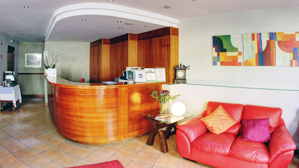 Hotel Montané - edit_reception.jpg