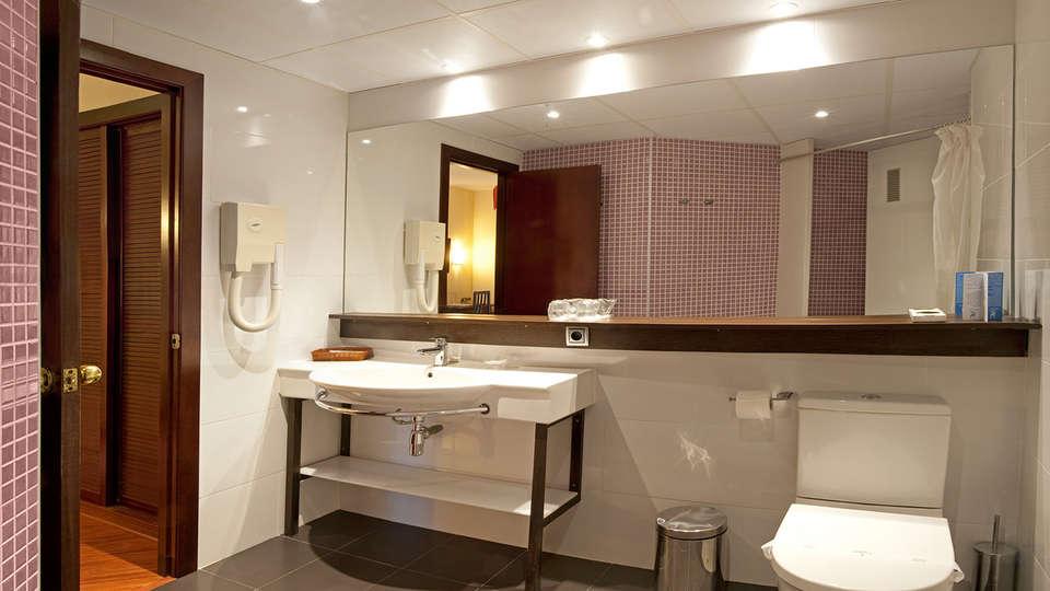 Hotel Bernat II - EDIT_bath.jpg