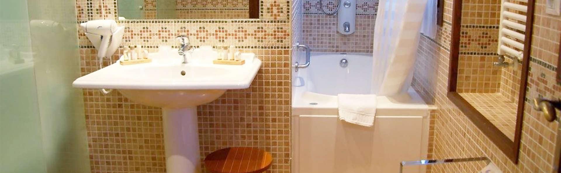 Hotel Conde Aznar - EDIT_bath1.jpg
