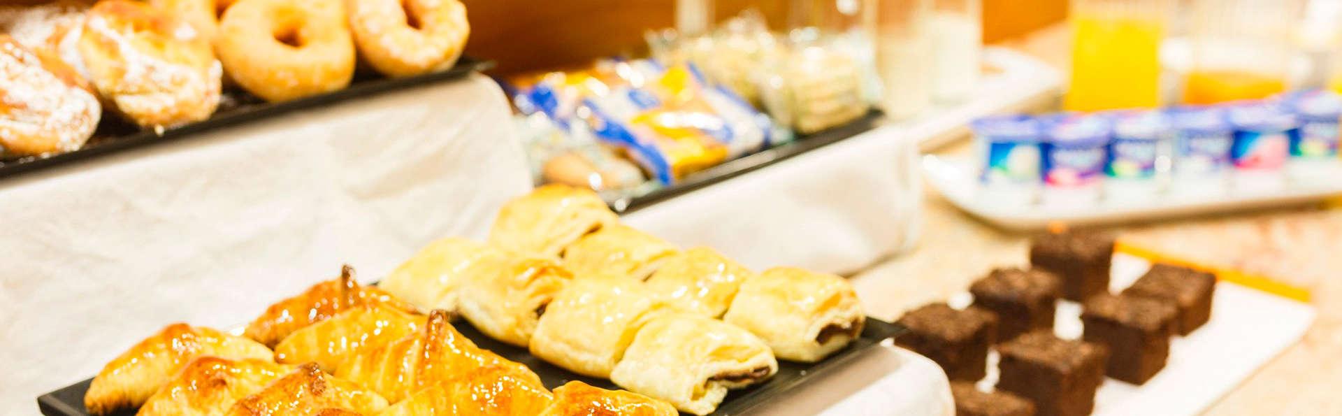 Hotel Condes de Haro - EDIT_buffet.jpg
